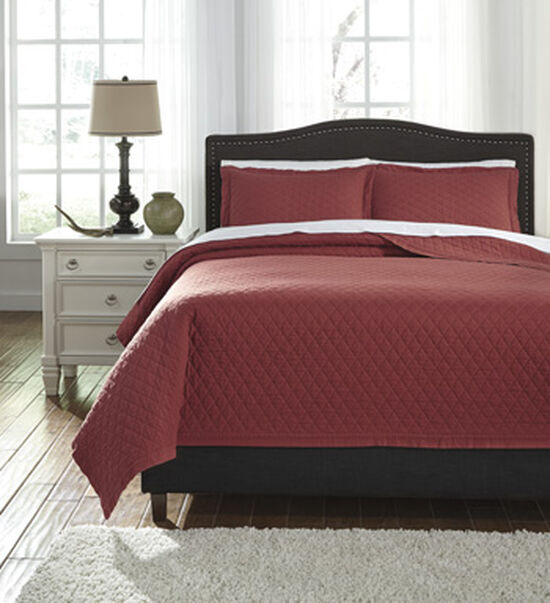 Three-Piece Diamond Patterned King Quilt Set in Red